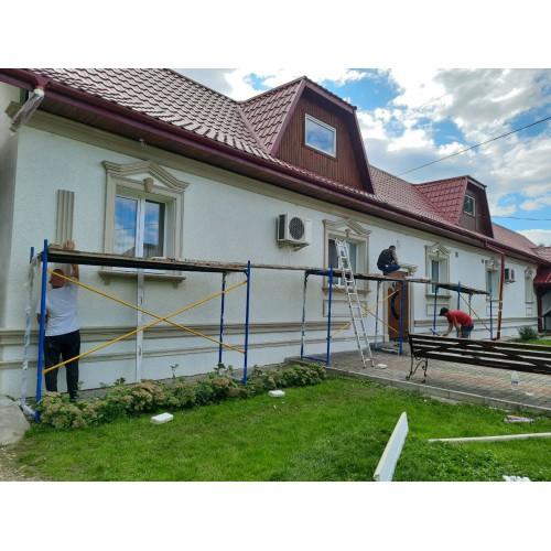 Продолжается монтаж фасадного декора чудесного ресторанного комплекса г. Черновцы